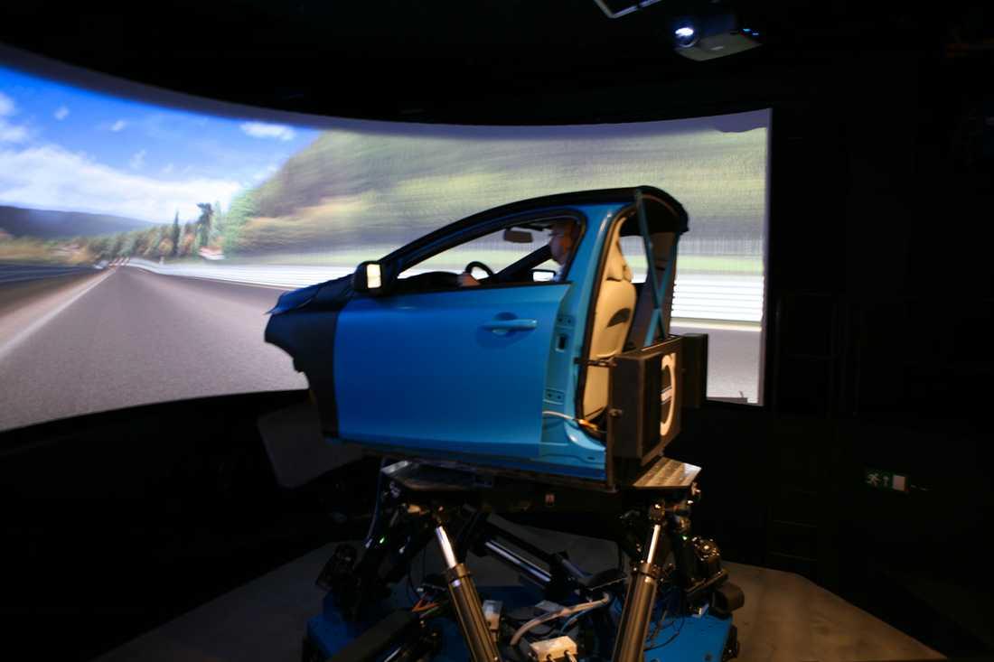 """Simulatorn hålls upp av sex armar som står på tre ben på en plattform som """"svävar"""" och förflyttas av ytterligare tre armar."""
