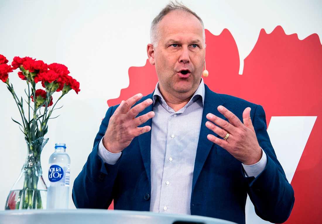 V-ledaren Jonas Sjöstedt kräver stopp på vapenexporten till Saudiarabien.