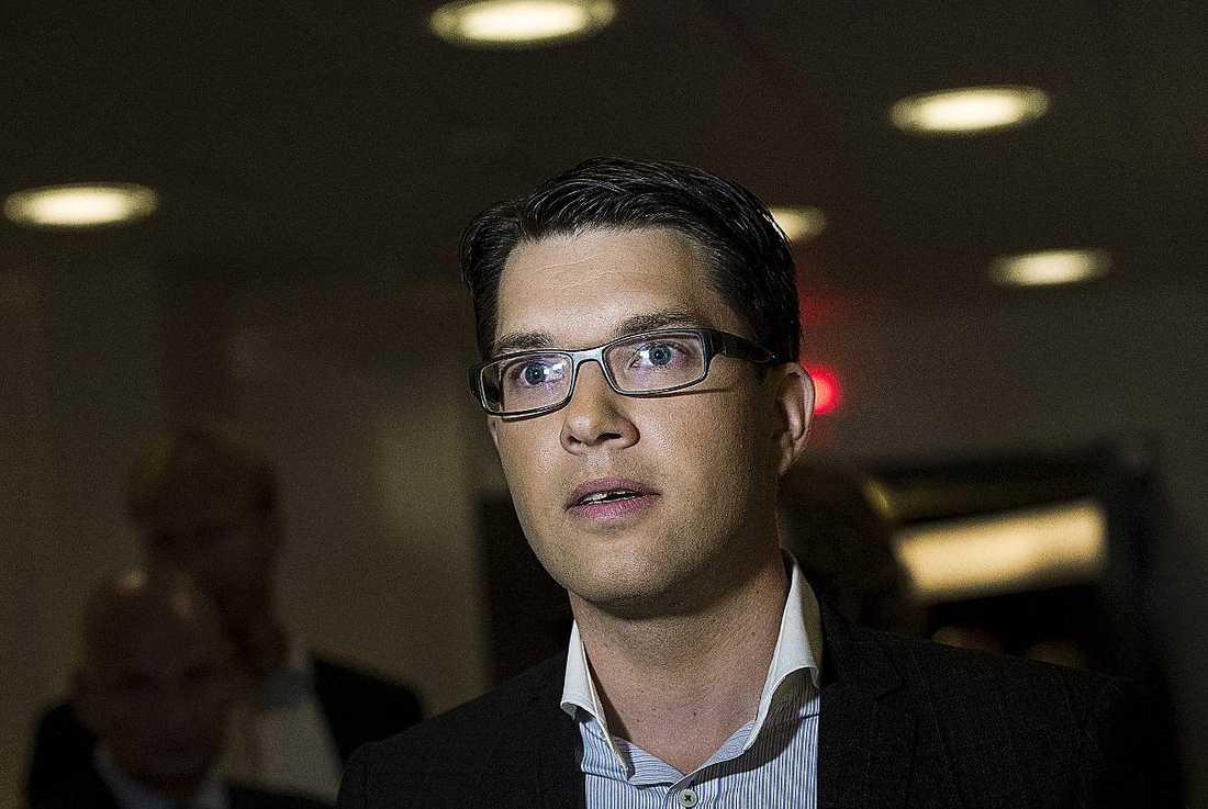 """Gamla klasskamrater stormar mot Jimmie Åkesson efter att han intervjuats i tv-programmet """"Nyfiken på partiledaren"""" i SVT. """"Han modifierar sanningen"""", säger de."""