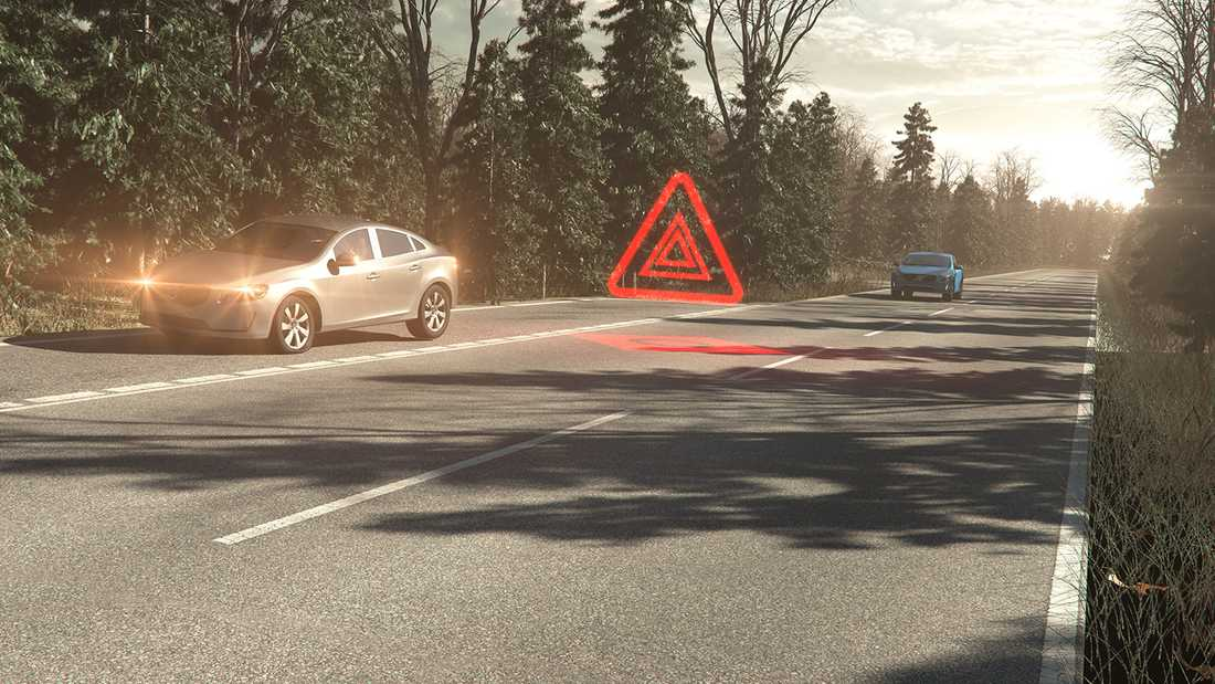 Slår du på varningsblinkersen i en ny 90-bil så kommer den varningen även att skickas ut till andra bilar. Så att man redan i förväg vet att det finns en stillastående bil i närheten.
