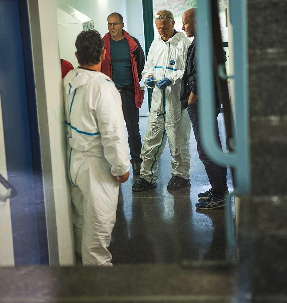 Tekniker och polis i trappen utanför lägenheten. Under torsdagen hittades Jens död i anslutning till lägenheten.