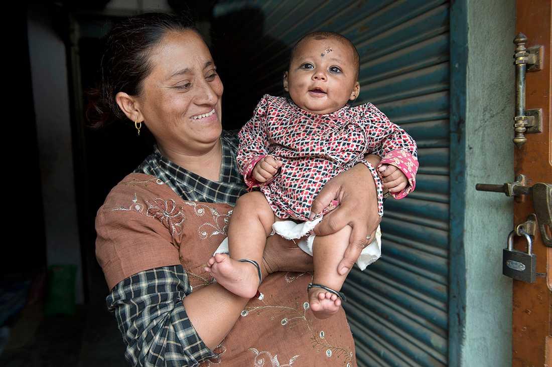 """Mamman Rasmila Awal, 35, berättar om sina 22 timmar av skräck efter den katastrofala jordbävningen i Nepal som tog över 5 500 liv - och den totala lyckan när hon """"fick tillbaka"""" sin fyra månader gamla bebis Sonish."""