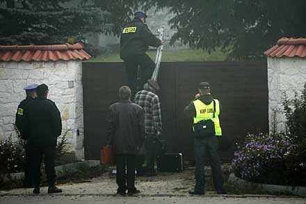GRYNINGSRÄD MOT KLOSTRET. Med stegar och en låssmed tog sig 150 poliser in i det ockuperade nunneklostret i Polen.