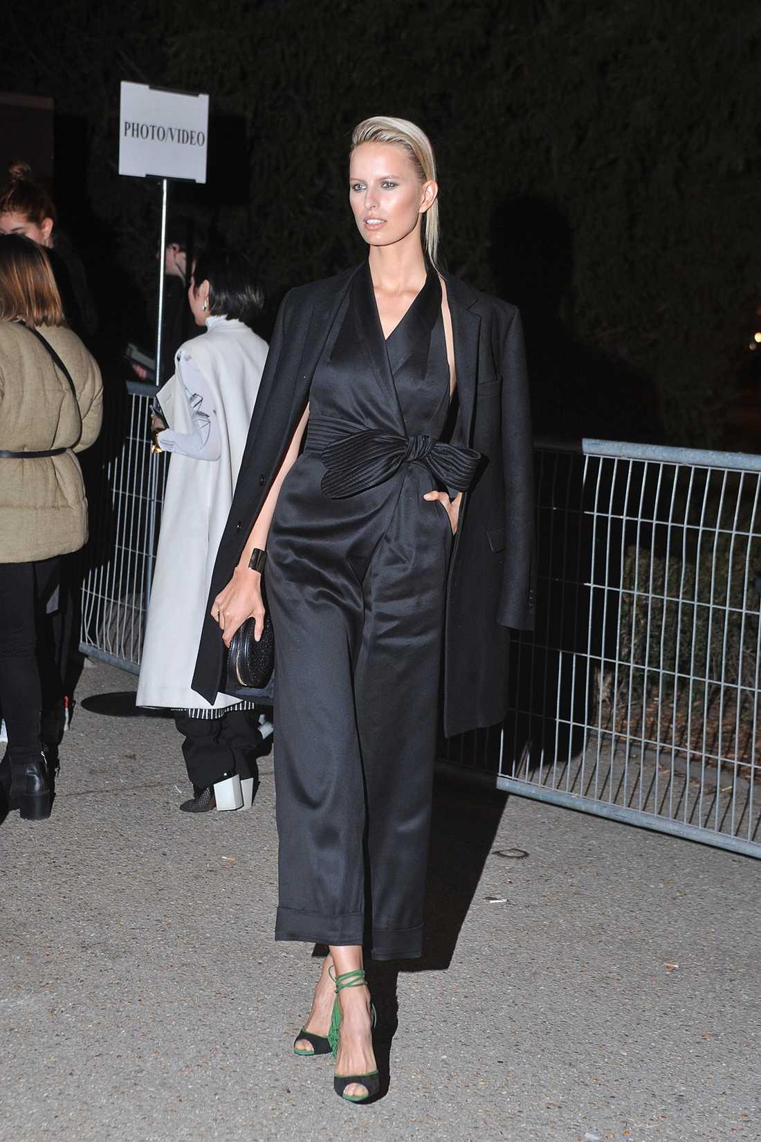 Karolina Kurkova Karolina körde på en cool kvällslook i en svart jumpsuit med brett skärp till H&M:s visning i Paris.