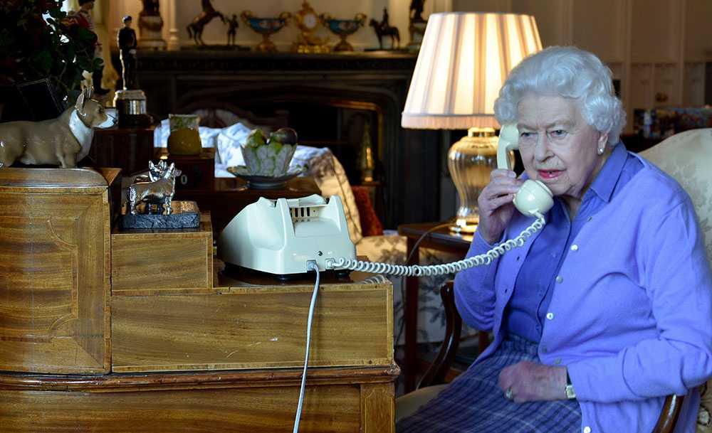 Brittiska hovet släppte nyligen den här bilden på drottning Elizabeth. Hon jobbar hemifrån Windsor Castle där hon isolerat sig tillsammans med prins Philip och sina närmaste medarbetare.