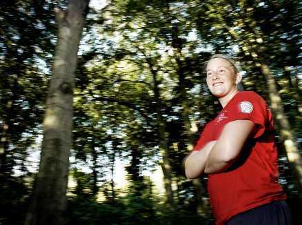 """PÅ LÄGER Kim Martin och landslaget är på träningsläger i Landskrona. Träningen inför OS 2010 i Vancouver har redan börjat, men först ska Kim till University of Minnesota Duluth där hon kommer träna hockey två gånger om dagen. """"Det är riktigt stort och det ska verkligen bli jättekul"""", säger Kim."""