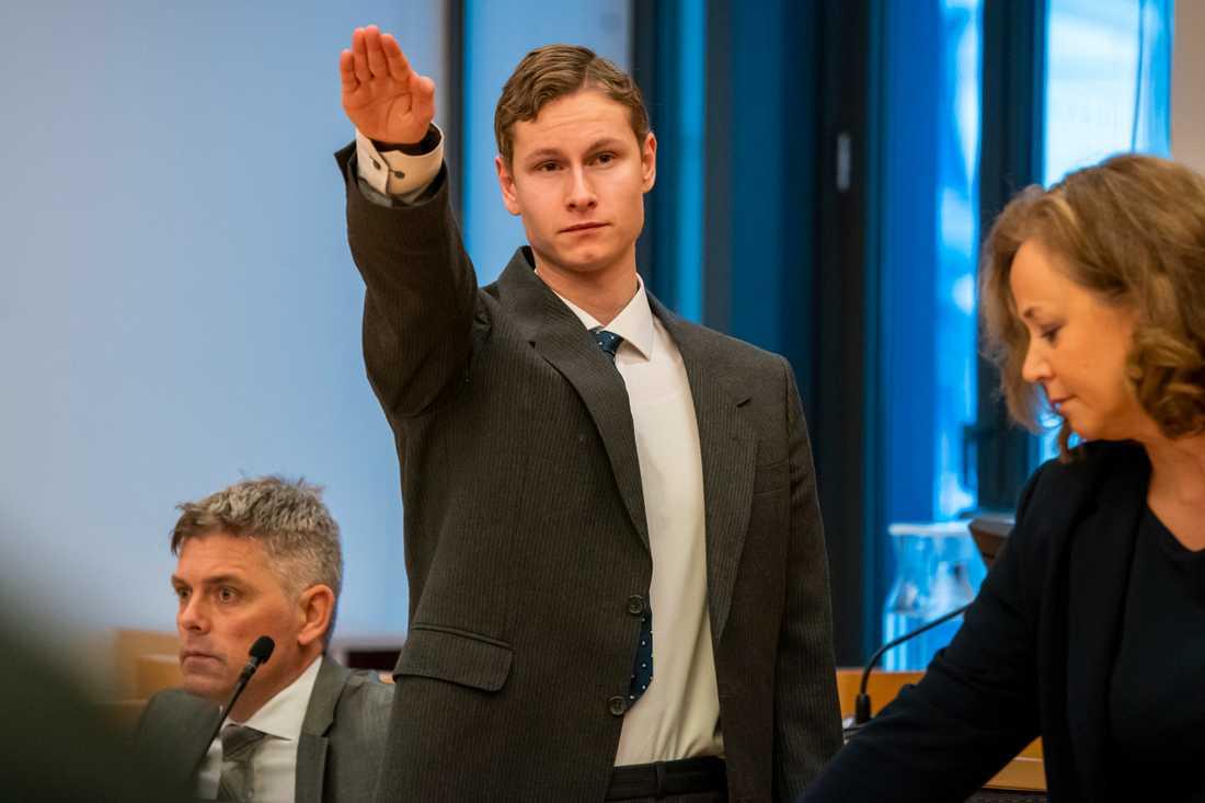 Den mord- och terroråtalade Philip Manshaus gör Hitlerhälsning under en häktningsförhandling i november 2019.