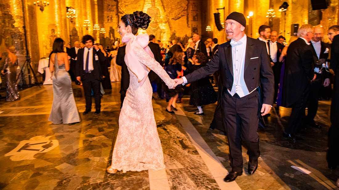 "The Edge på Nobelfesten 2018, dansar med Mouna Esmaeilzadeh ""Doktor Mouna""."