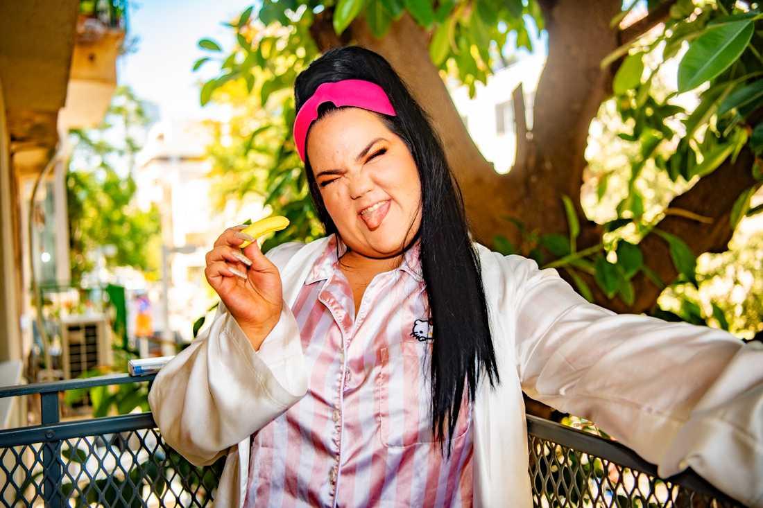 Netta Barzilai på sin balkong i Tel Aviv