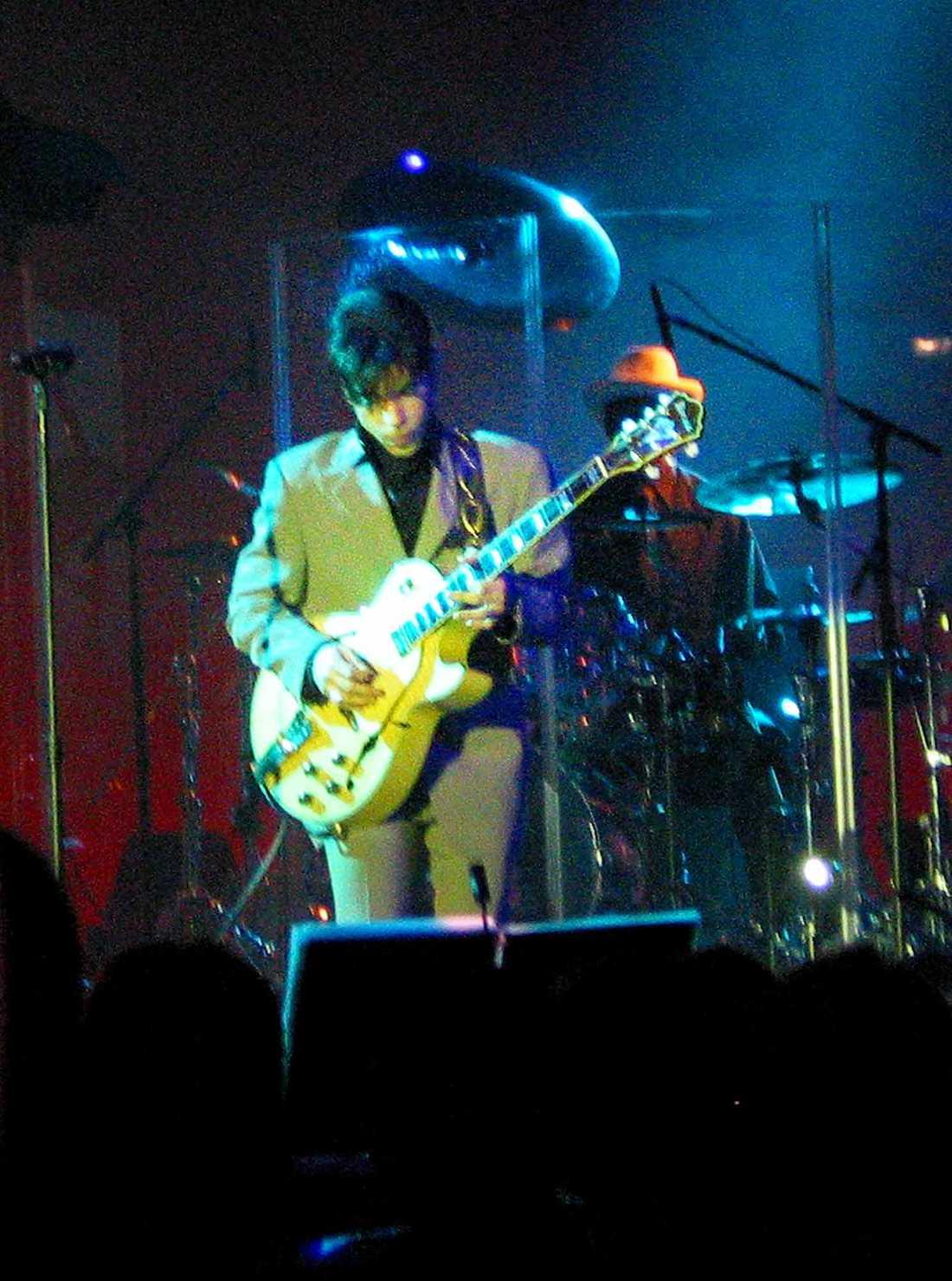 Prince spelar i Stockholm 2002.