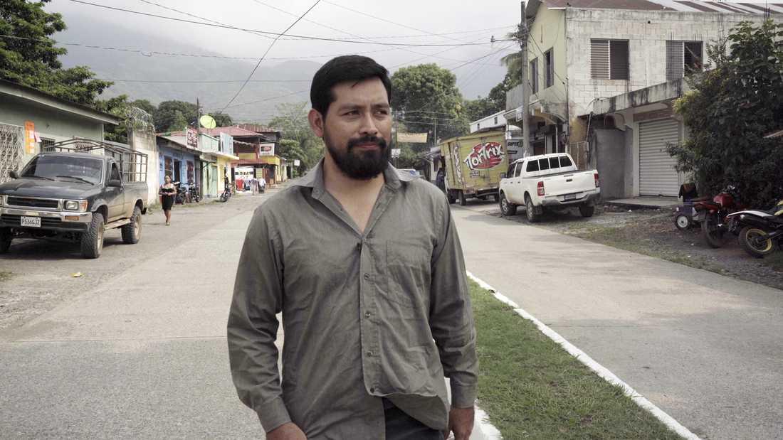 Journalisten Carlos Choc tvingades gå under jorden på grund av sin granskning av mordet på fiskaren Carlos Maaz.