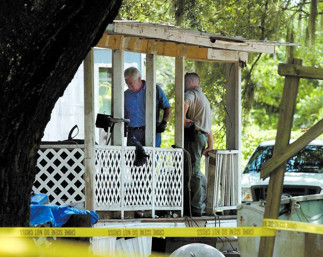 Utredare i Glynn County, Georgia, undersöker den bostad där sju människor hittades ihjälskjutna i går morse.