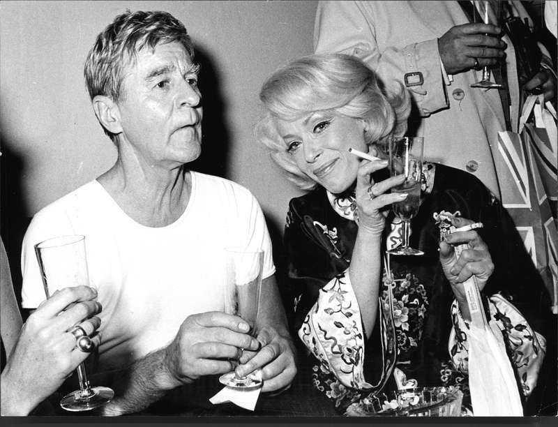 Partaja som förr Skådespelarna Gunnar Björnstrand och Annalisa Ericson firar efter en premiär på Vasateatern 1971 med skumpa och en cigarett – eller om det var två. Ingen kameramobil störde festandet.