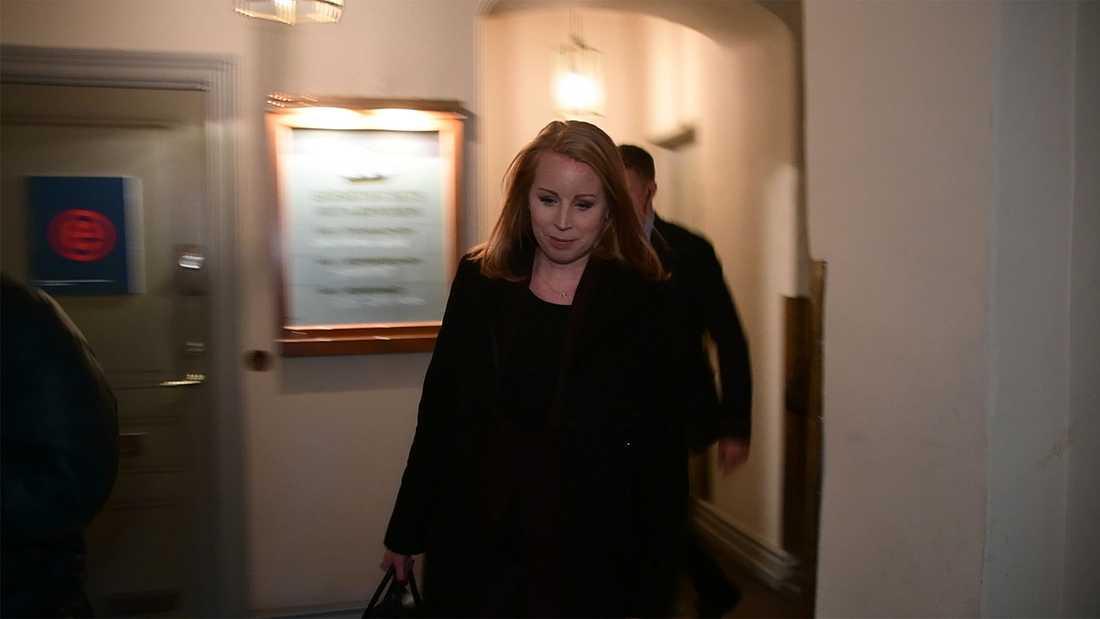 Annie Lööf (C) på väg till pressträffen.