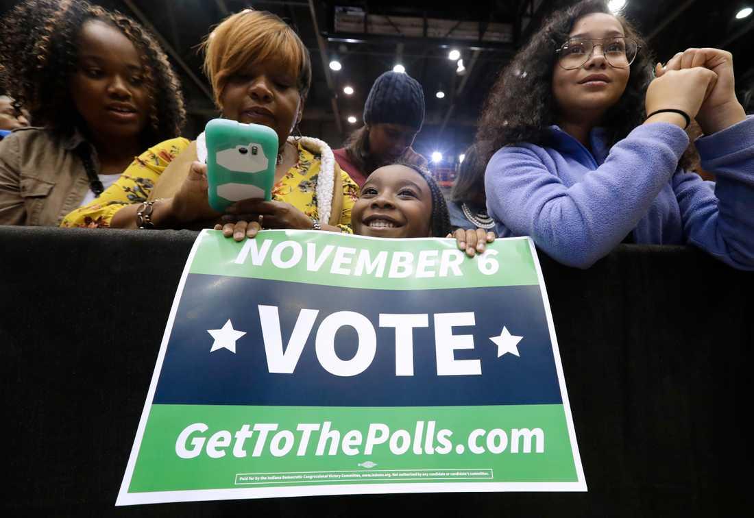 Demokratiska anhängare väntar på att få höra expresident Barack Obama och Joe Donnelly, som hoppas bli omvald som en av delstaten Indianas ledamöter i representanthuset-
