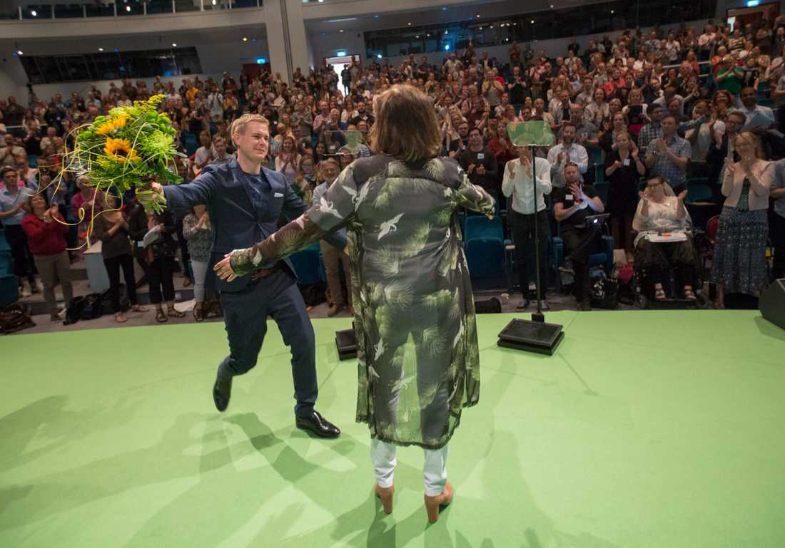 Miljöpartiets språkrör Isabella Lövin blir gratulerad av det andra språkröret Gustav Fridolin i samband med sitt tal under partiets kongress på Aros kongresscenter i Västerås.