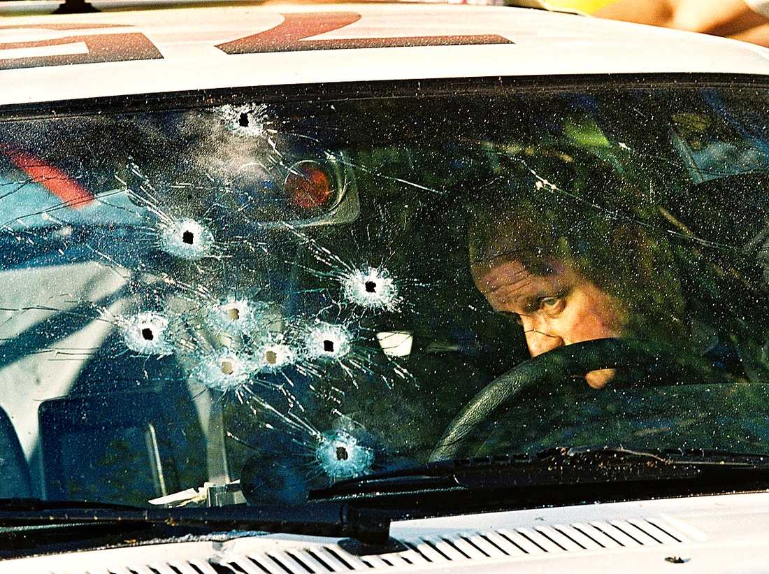 Tekniker på plats efter polismorden i Malexander 1999.