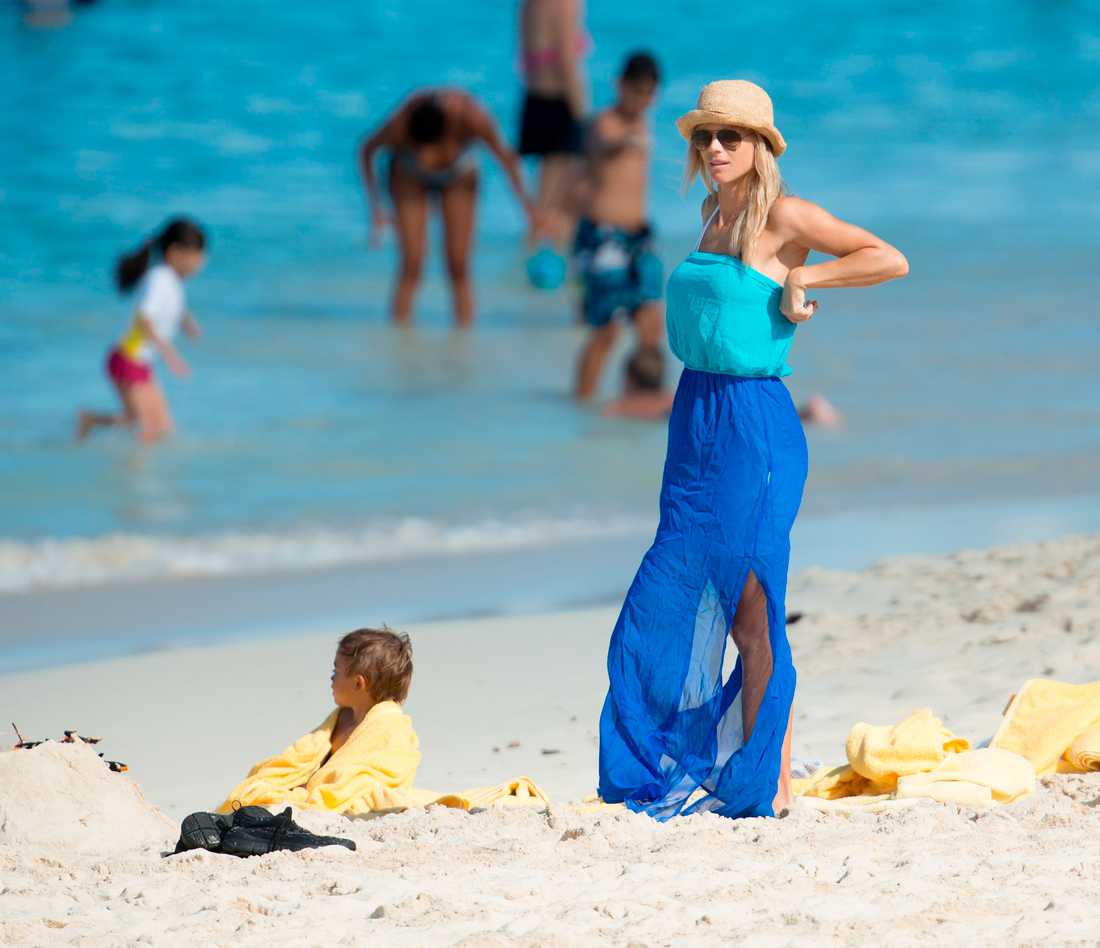 Elin badar Elin kamouflerade sig med havstonad klänning och sandfärgad hatt. Utan vidare framgång. FOTO: All Over Press