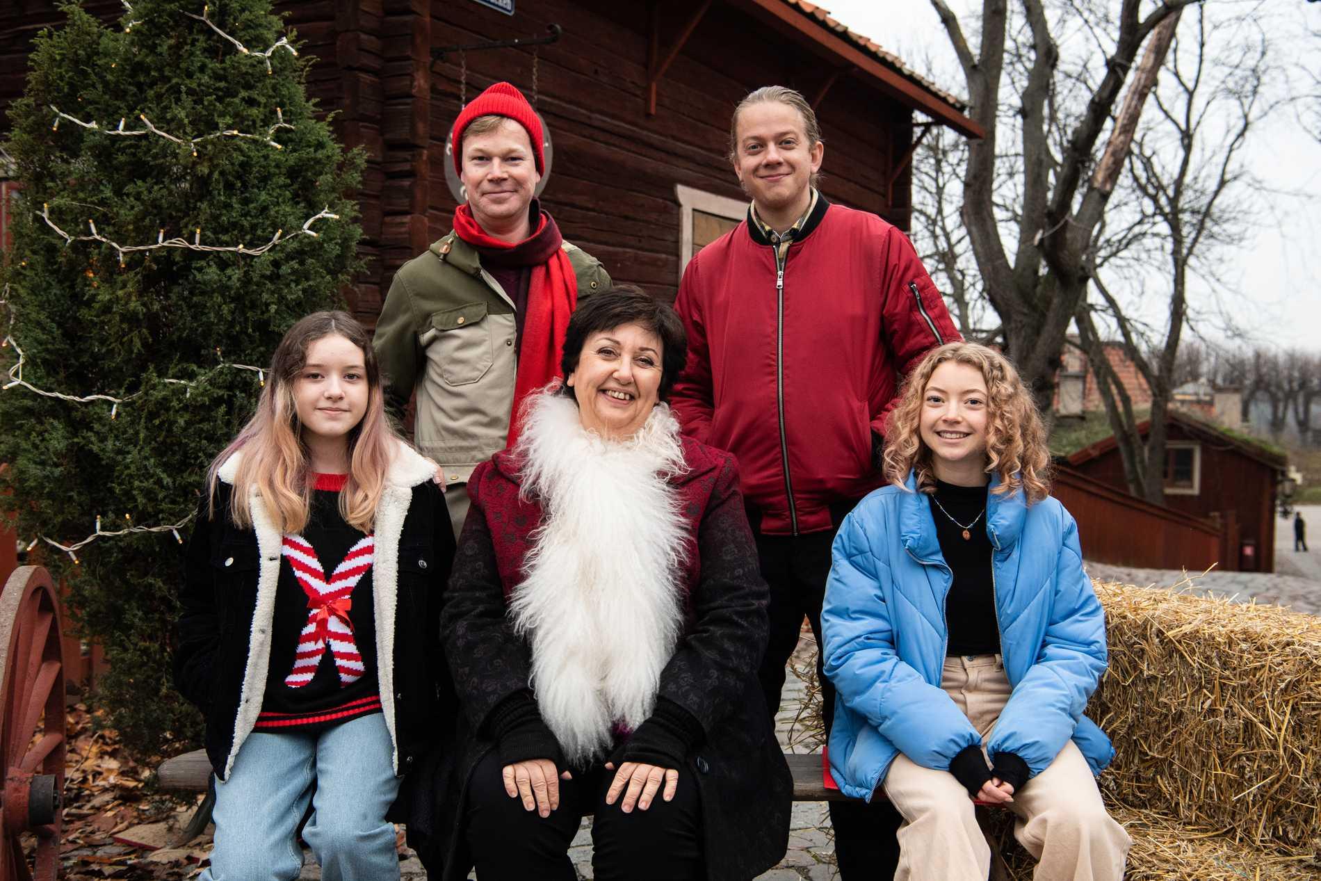 Årets julkalender i SVT är en magisk julsaga som rör sig i tid och rum mellan 1920 och 2020. I rollerna ser vi bland annat Sarah Rhodin (Mira), Johan Glans (Vilgot), Babben Larsson (Agneta), Joel Adolphson (Ernst) och Bibi Lenhoff (Rakel).