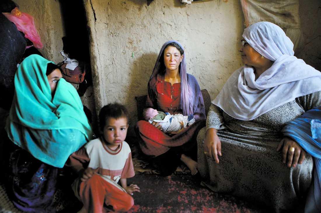 Hon överlevde Maina har just kommit hem från BB efter att fött sitt fjärde barn. Hon hade tur som inte blev kvar i sjukhusets likrum. 17 000 afghanska kvinnor dör i barnsäng varje år. Det största skälet är kriget som stjäl resurser som sjukhusen skulle behöva så väl för att rädda liv.