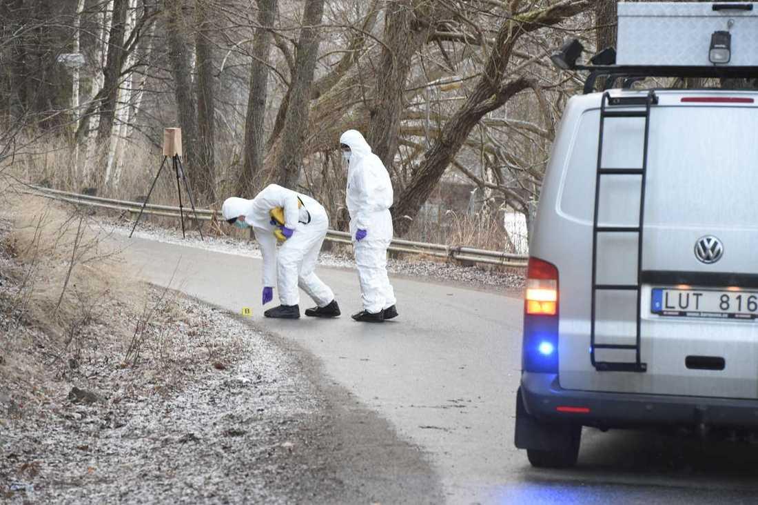 En ung man hittades skjuten i huvudet i södra Stockholm.