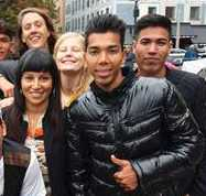 Mahmoud Alizade (längst fram till höger) och Rosanna Dinamarca på Medborgarplatsen i Stockholm.
