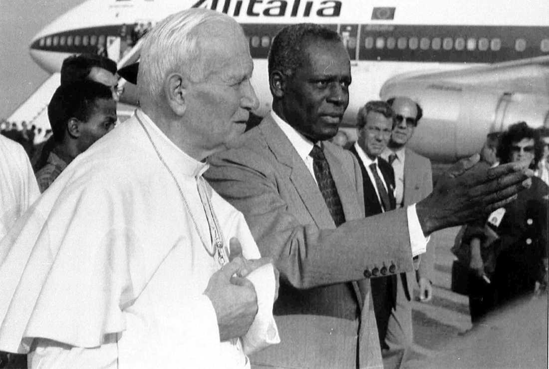José Eduardo Dos Santos kunde tack vare omvärldens goda aptit på olja hålla Angola i ett fast grepp i flera decennier. Här tar han emot påve Johannes Paulus II i Luanda 1992.