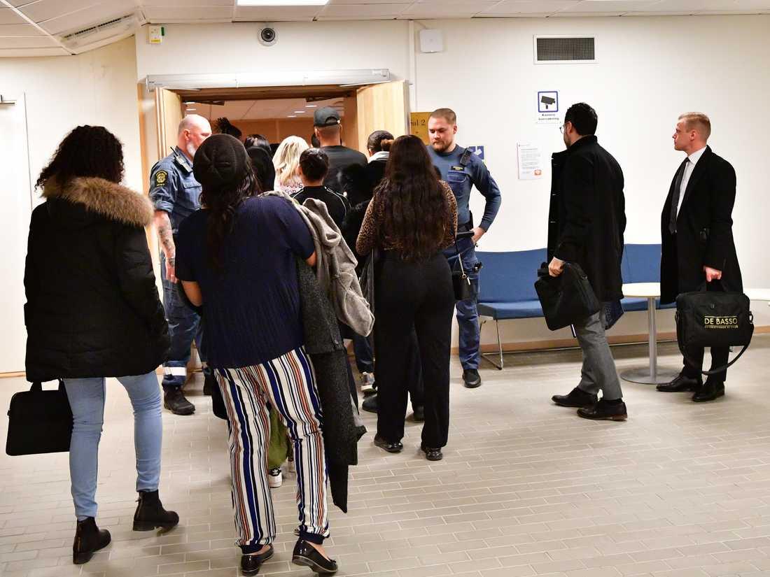 På måndagen inleddes rättegången gällande mordet på en 18-årig kvinna som sköts ihjäl i en lägenhet i Vällingby i västra Stockholm i augusti förra året. Många av hennes vänner samlades vid säkerhetssalen i Stockholms tingsrätt.