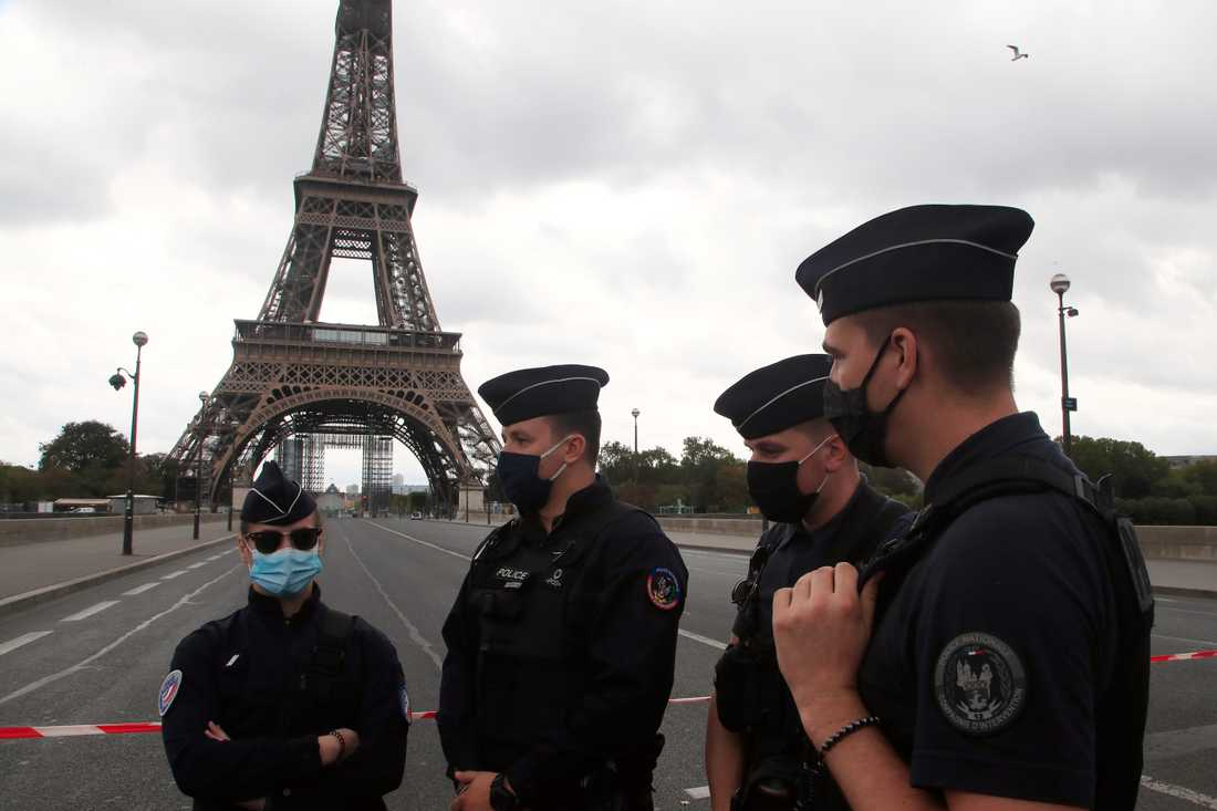 Franska poliser vid en avspärrning den 23 september, då ett bombhot mot Eiffeltornet ringdes in.