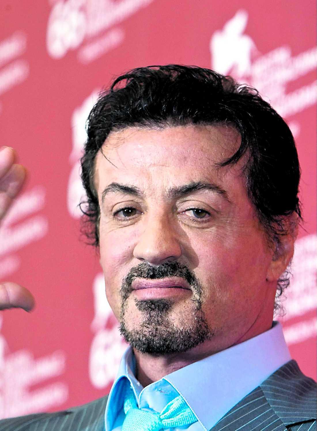 """Sylvester Stallone var nära att dö – och bröt nacken under sin senaste filminspelning. Båda olyckorna skedde under slagsmålsscener. """"Vi var sju killar som pucklade på varandra, den ena hårdare än den andra"""", berättar han."""
