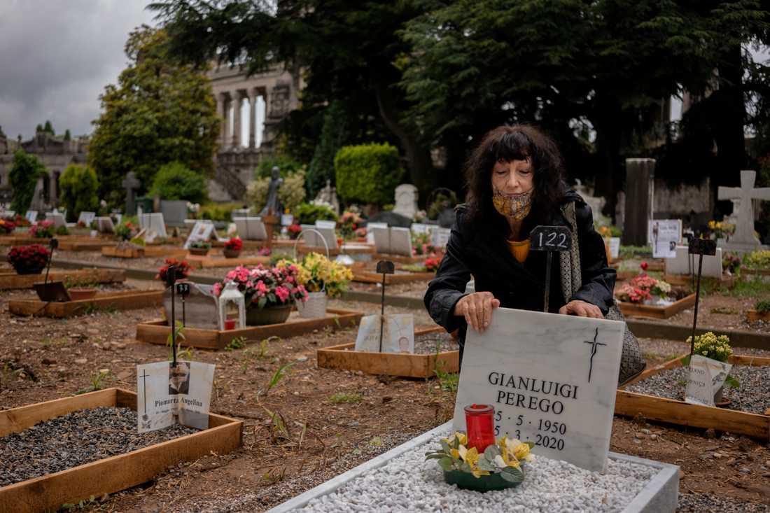Giusi Rotta besöker begravningsplatsen i Bergamo där man snabbt gjorde plats för det stora antalet döda i covid-19.
