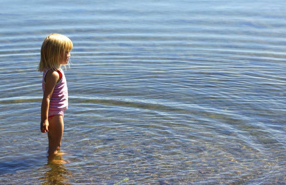 Viktigt att vuxna hålla uppsikt när barnen badar.