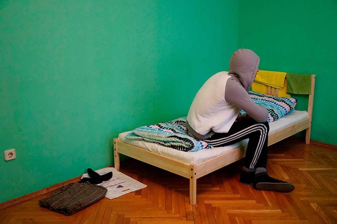 En homosexuell man som flytt från Tjetjenien sitter i ett hotellrum i Moskva.