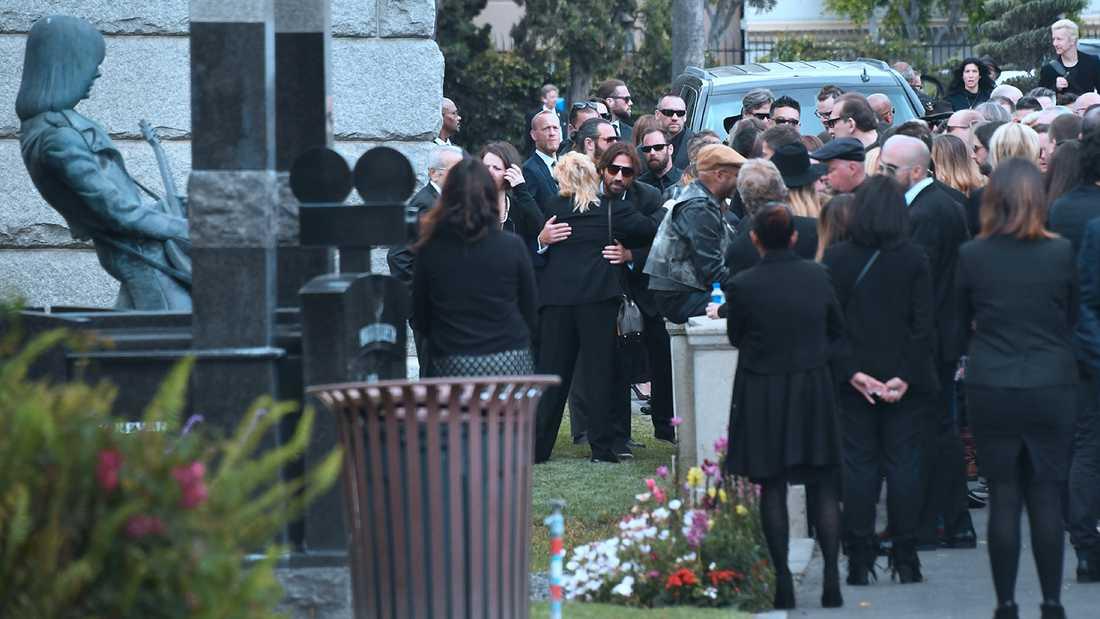 Chris Cornell begravdes bara tre meter från Johnny Ramones monument på Hollywood Forever Cemetery.