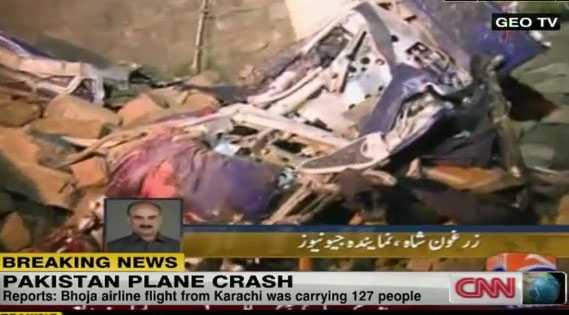 Tv-bilder från Pakistan visar på förödelsen.