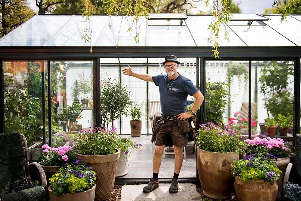 Bosse Rappne, trädgårdsmästare, bjuder in till sitt 23 kvadratmeter stora och klimatanpassade växthus.