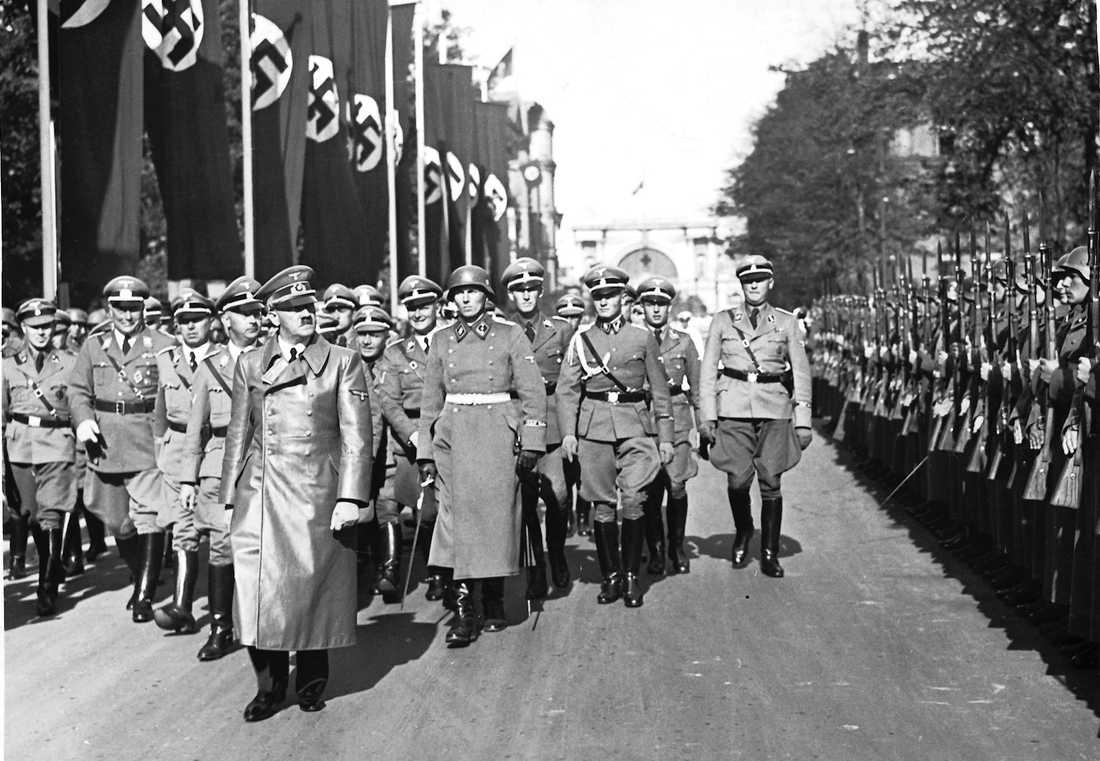 Adolf Hitler paraderar tillsammans med soldater ut Waffen-SS.