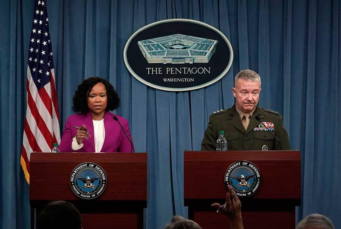 Pentagon talesperson Dana W. White tillsammans med generallöjtnant Kenneth McKenzie.