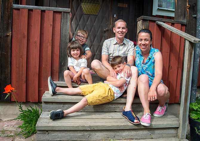 I veckan slutade också Oskars fru jobba. Nu kan de ägna sig helt åt sina tre barn, som är 8, 7 och 4 år gamla.
