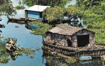 Många familjer bor på sjön där deras hus antingen flyter på träpontoner eller står på höga pålar. Båten är det självklara transportmedlet.