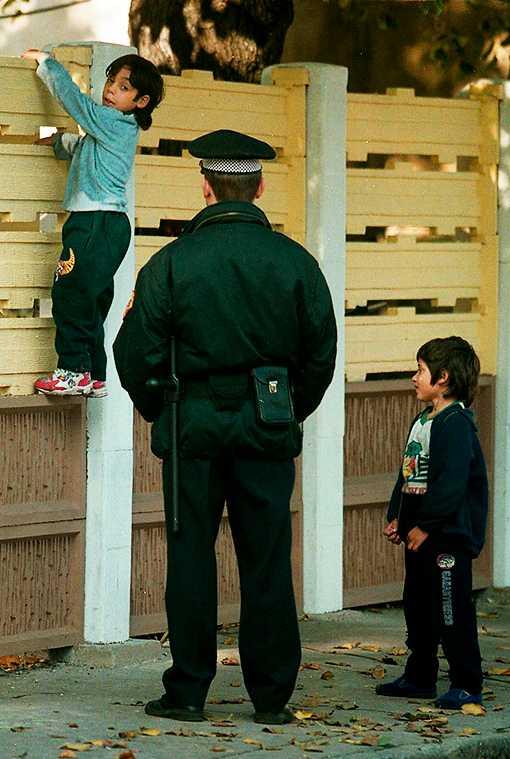 utestängda – i hundra år Romska barn klättrar 1999 på gettomuren som då höll på att resas runt romerna i staden Usti Nad Labem i norra Tjeckien.