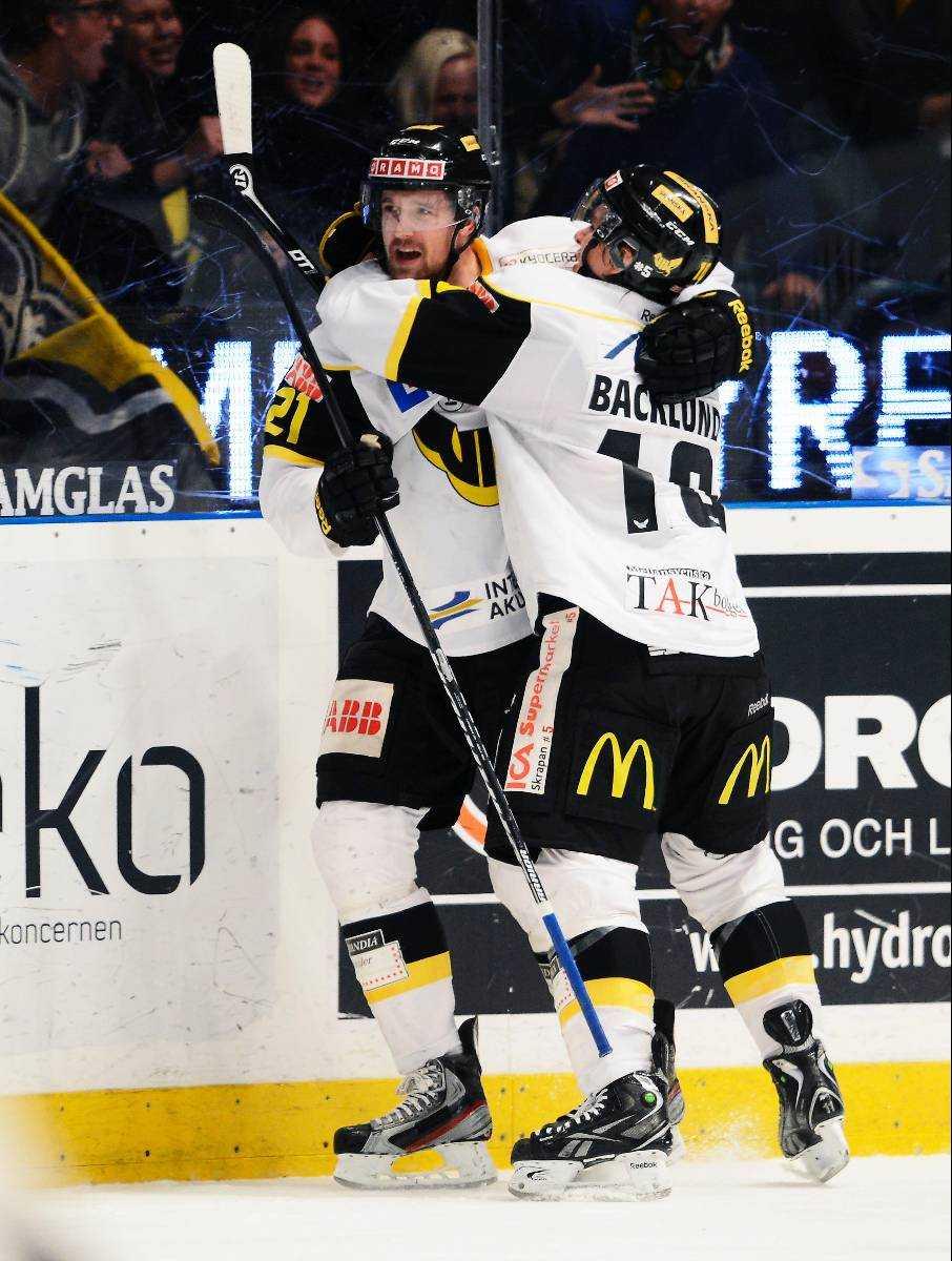 Fem NHL-spelare på isen Patrik Berglund kramas om av Mikael Backlund efter ett av hans två mål i segermatchen mot Djurgården. Han snodde showen från Dif-debutanten Patric Hörnqvist