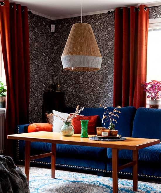 Färger och textilier i harmoni. Soffbordet i teak hittade Kristin på vinden i sitt förra boende. Mattan, av okänt ursprung, är ett fynd från Blocket.
