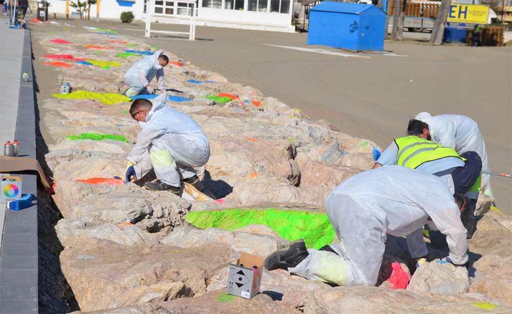 Stenar och stränder målades med starka neonfärger i Fuengirola. Efter ilskna protester tvingades myndigheterna återställa stenarna.