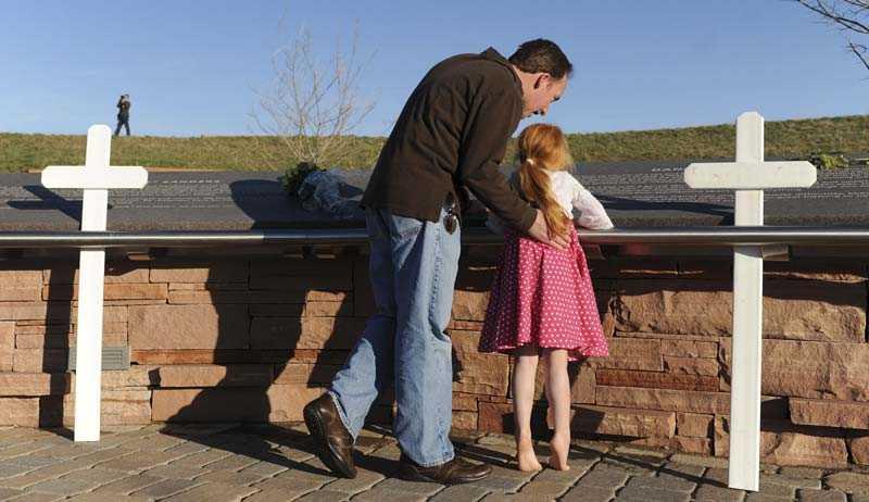 Wade Abram besöker minnesmonumentet i närheten av Littleton, Colorado, med sin 5-åriga dotter Mimi.