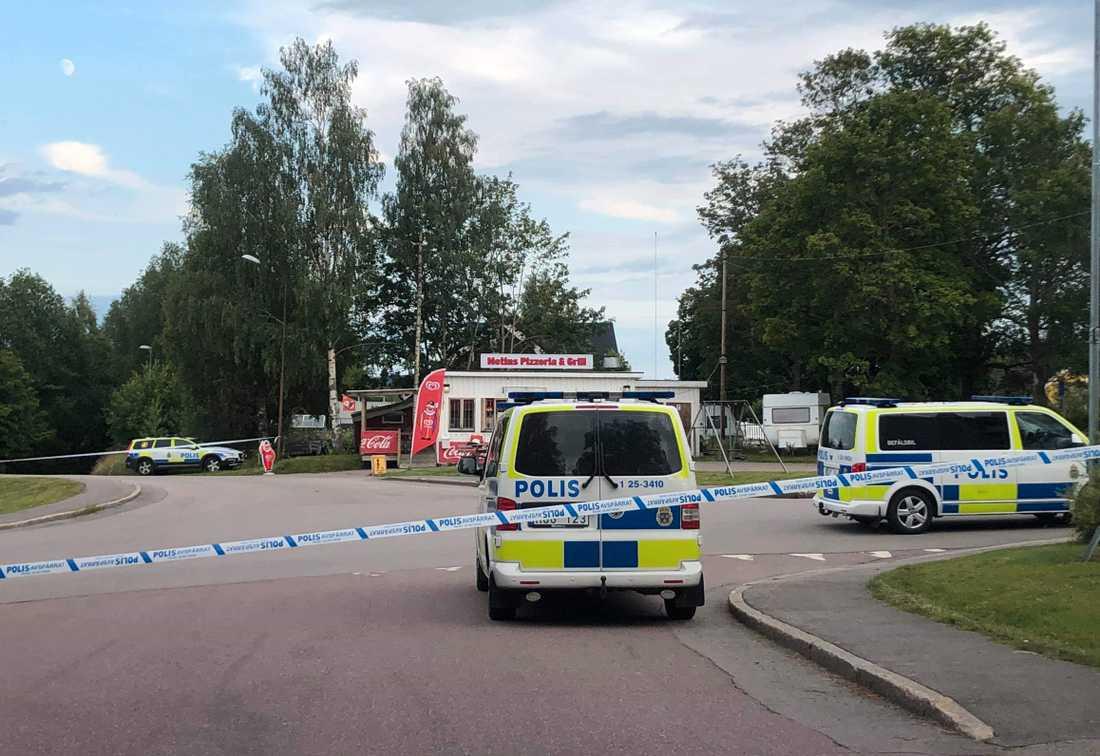 Polisen spärrade av ett stort område runt en pizzeria i Grängesberg.