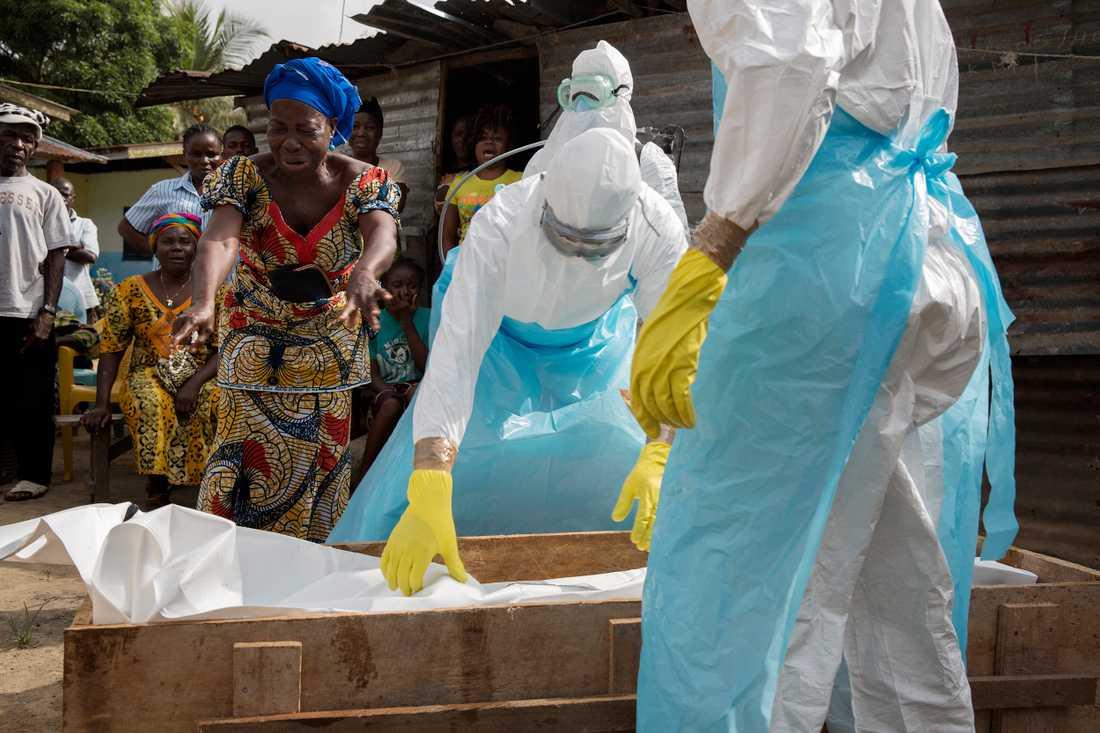 Fembarnspappan Augustin är död i ebola. När begravningsteamet kommer för att hämta honom skriker de anhöriga ut sin smärta. Han fick hög feber, skakade och var okontaktbar, berättar en av hans döttrar.