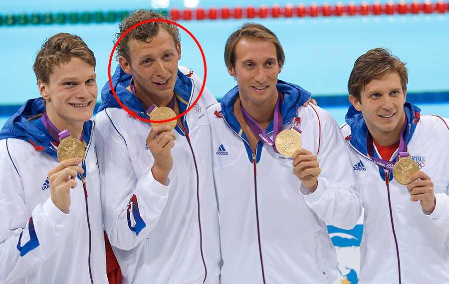 Amaury Leveaux, markerad, efter det franska OS-guldet i 4x100 meter fristil 2012.