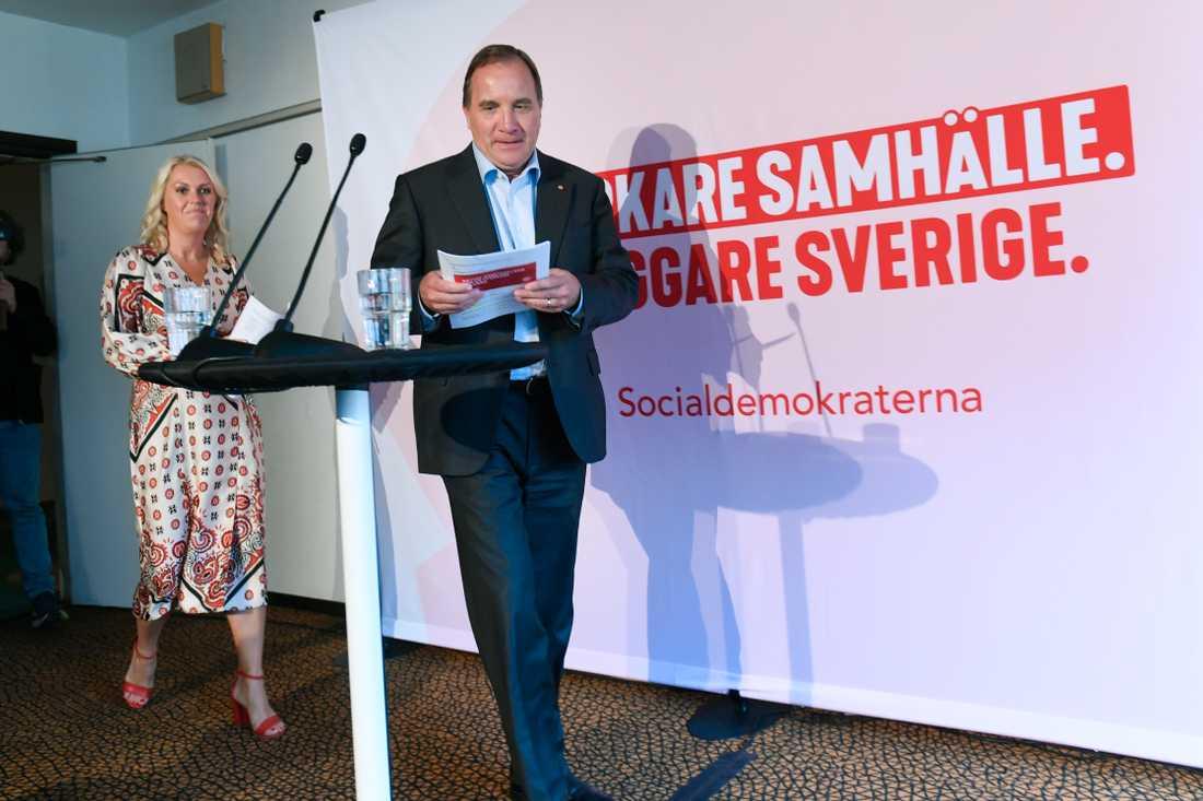 Statsminister Stefan Löfven och äldreminister Lena Hallengren under pressträffen vid Ängsgården äldreboende.