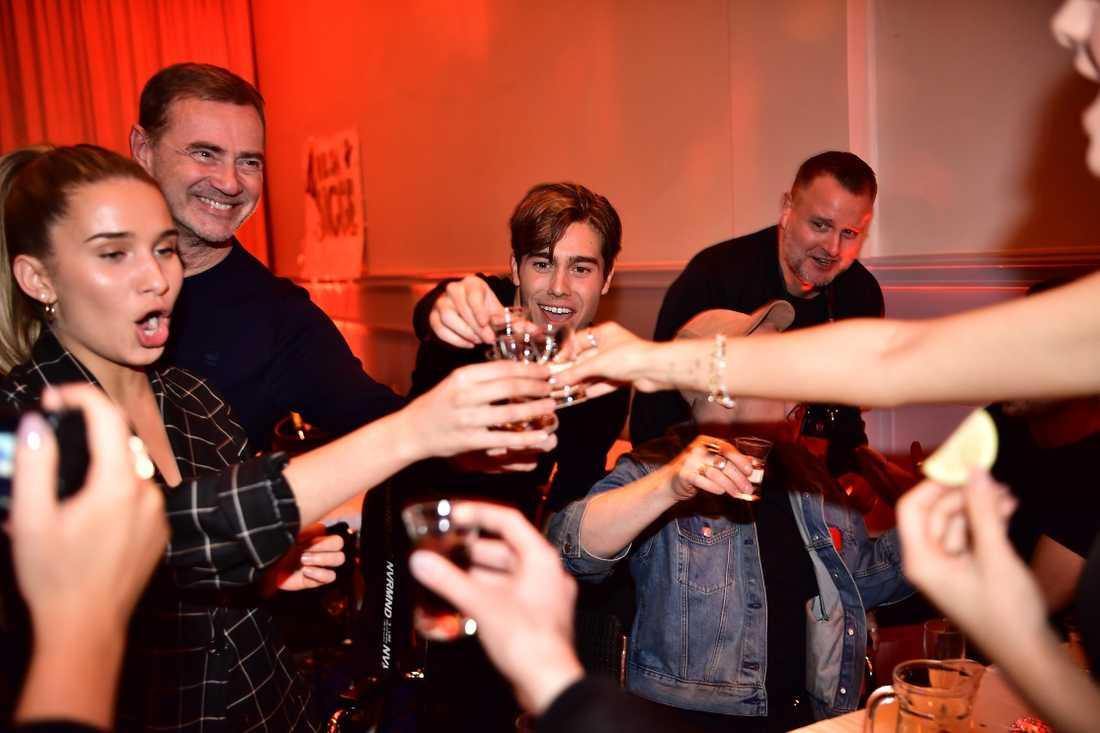 Här festar Benjamin Ingrosso loss med Christer Björkman. Dricker tequila.